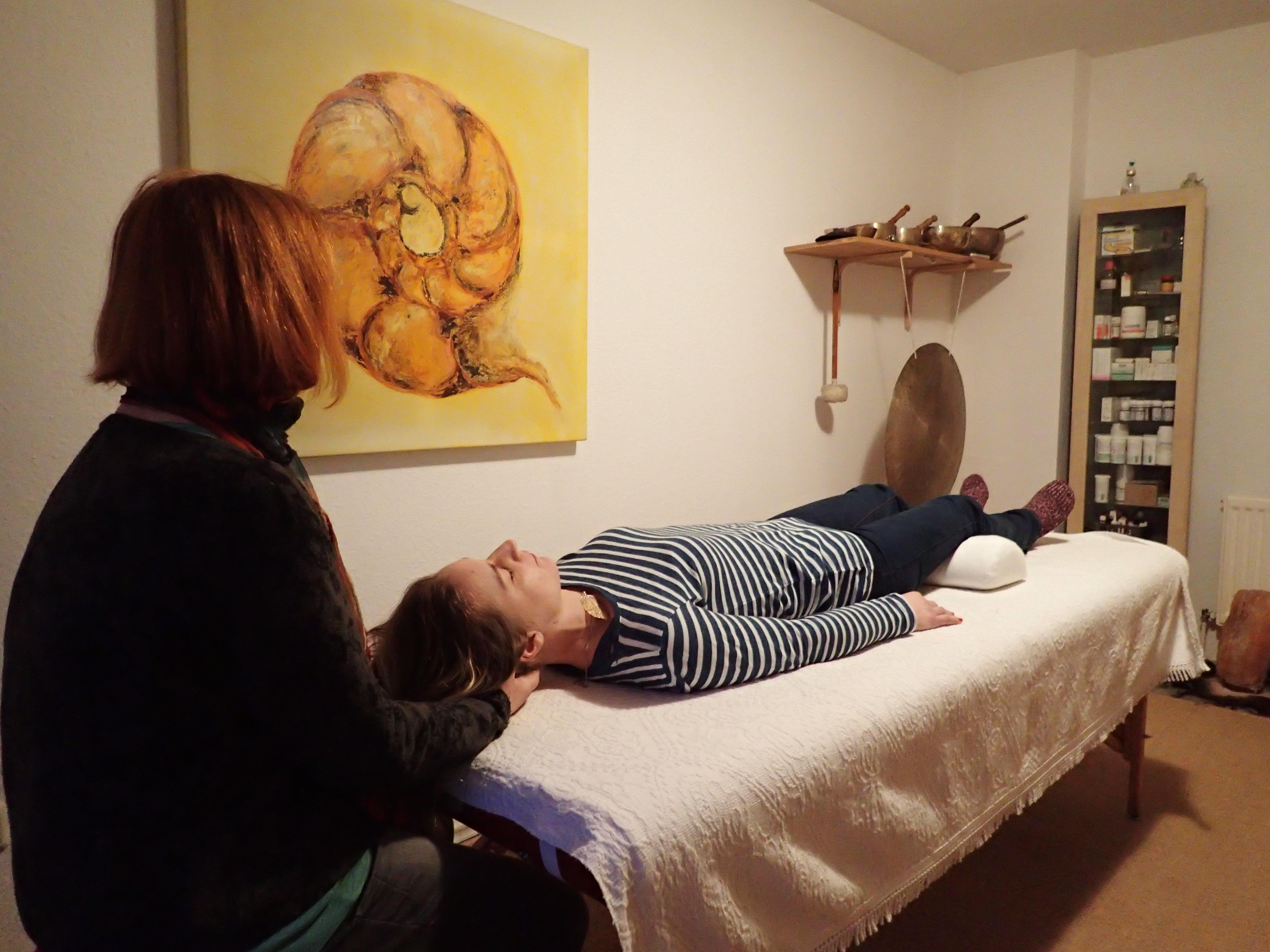Cranio-Sacral-Therapie Behandlung einer Frau