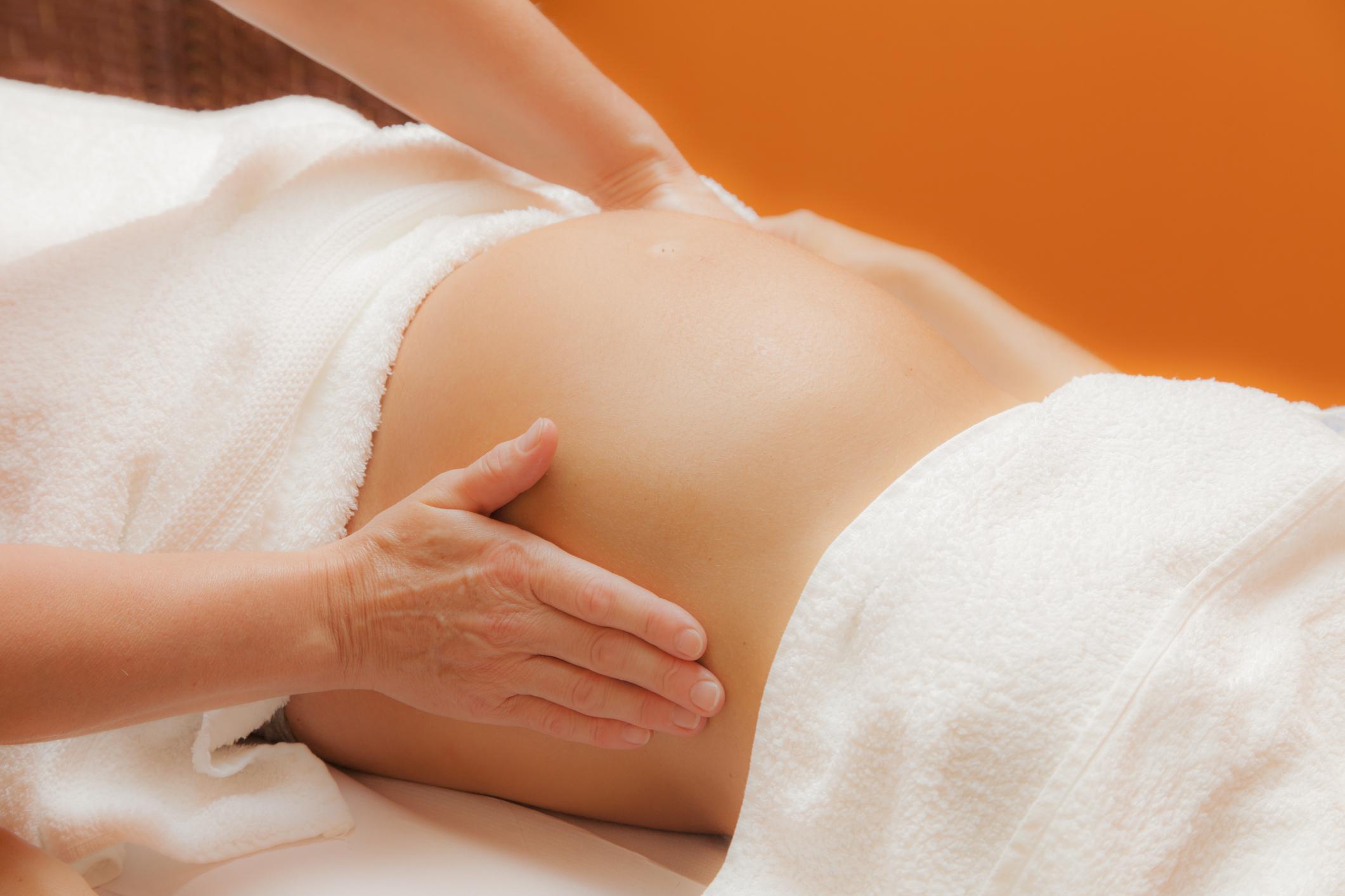 Cranio-Sacral-Therapie für Schwangere Heilende Hände auf Babybauch